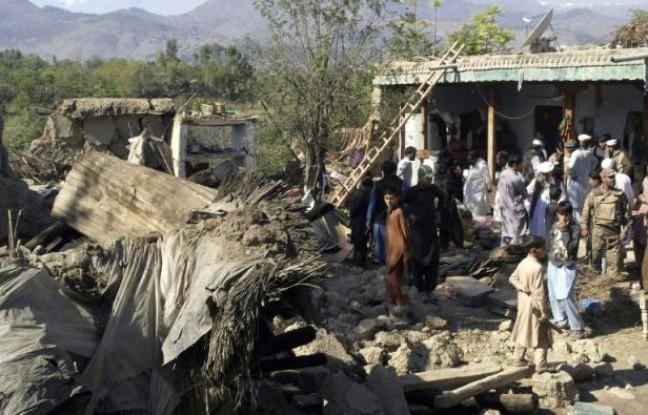 des_policiers_et_habitants_au_milieu_des_ruines_de_maisons_detruites_par_un_puissant_seisme_le_27_octobre_2015_a_lower_dir_au_pakistan